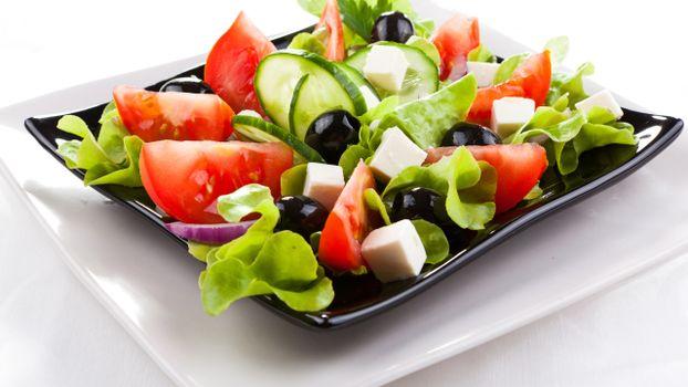 Бесплатные фото тарелки,салат,греческий,овощи,сыр,маслины,зелень