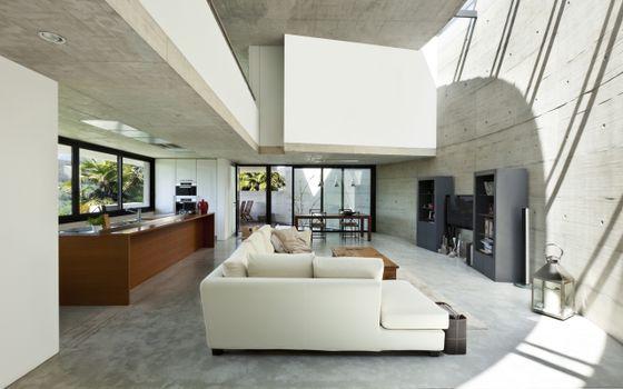 Бесплатные фото большая гостиная,белый тон,дизайн,диван,барная стойка,большие окна,стеклянные двери,высокий потолок