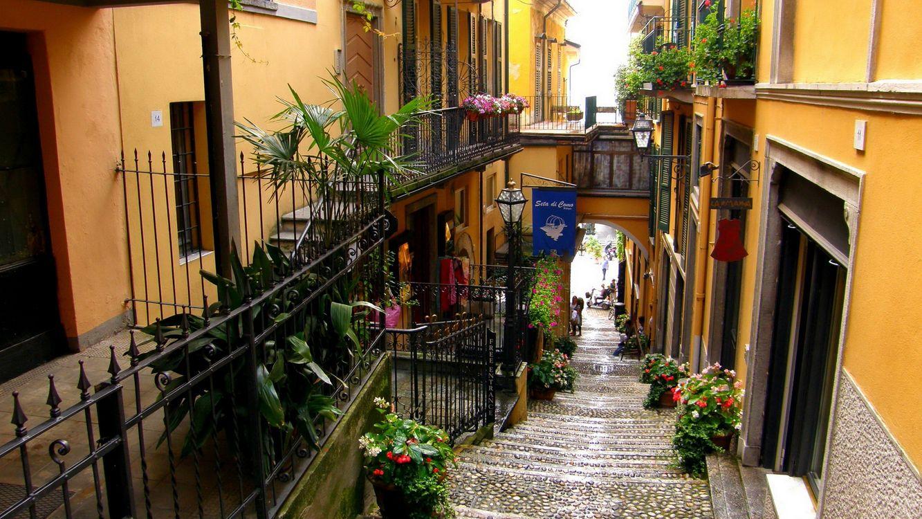 Обои дома, окна, ограждения, балконы, цветы, улочка, фонари, лестница на телефон | картинки город
