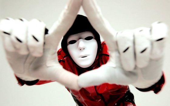 Фото бесплатно танцор, маска, капюшон, куртка, перчатки