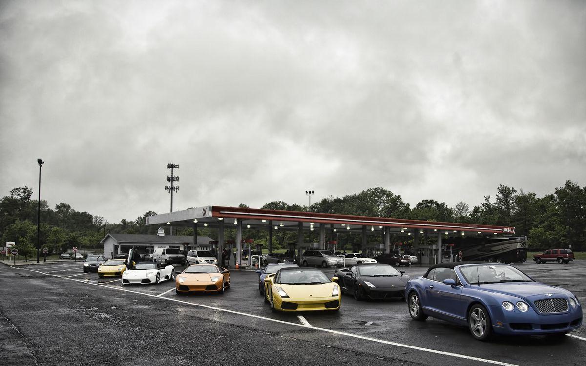 Фото бесплатно автозаправочная станция, деревья, машины, асфальт, парковка, спорткары, машины