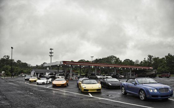 Фото бесплатно автозаправочная станция, деревья, машины