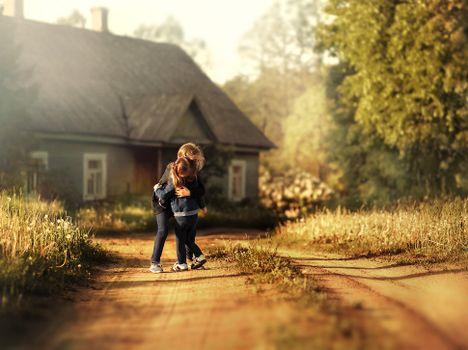 Фото бесплатно старый дом, девочки, обнимашки