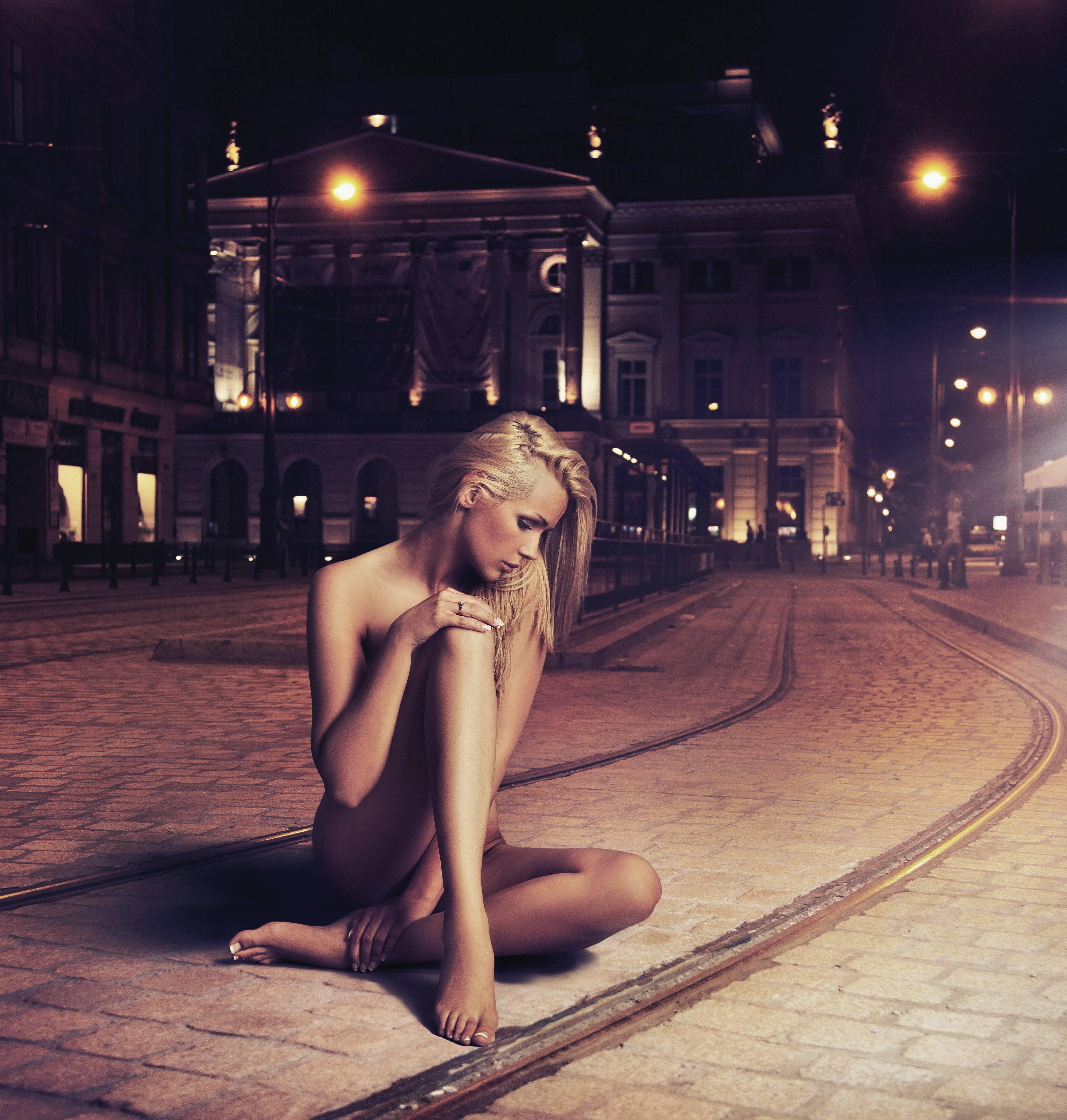 Обои трамвайный путь, ночь, девушка, ситуация