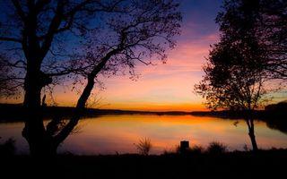 Бесплатные фото вечер,озеро,берег,деревья,трава,небо,закат