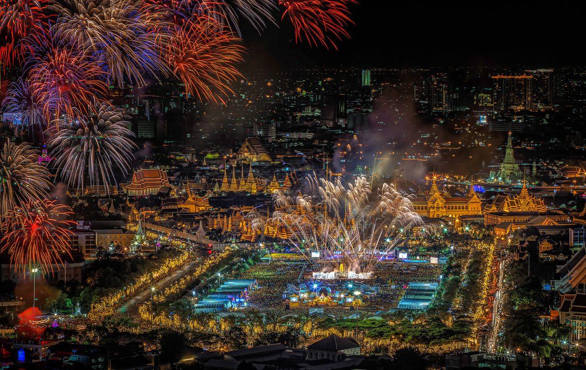 Фото бесплатно Большой дворец в сумерках, Бангкок, Таиланд, ночь, салют, иллюминация, город