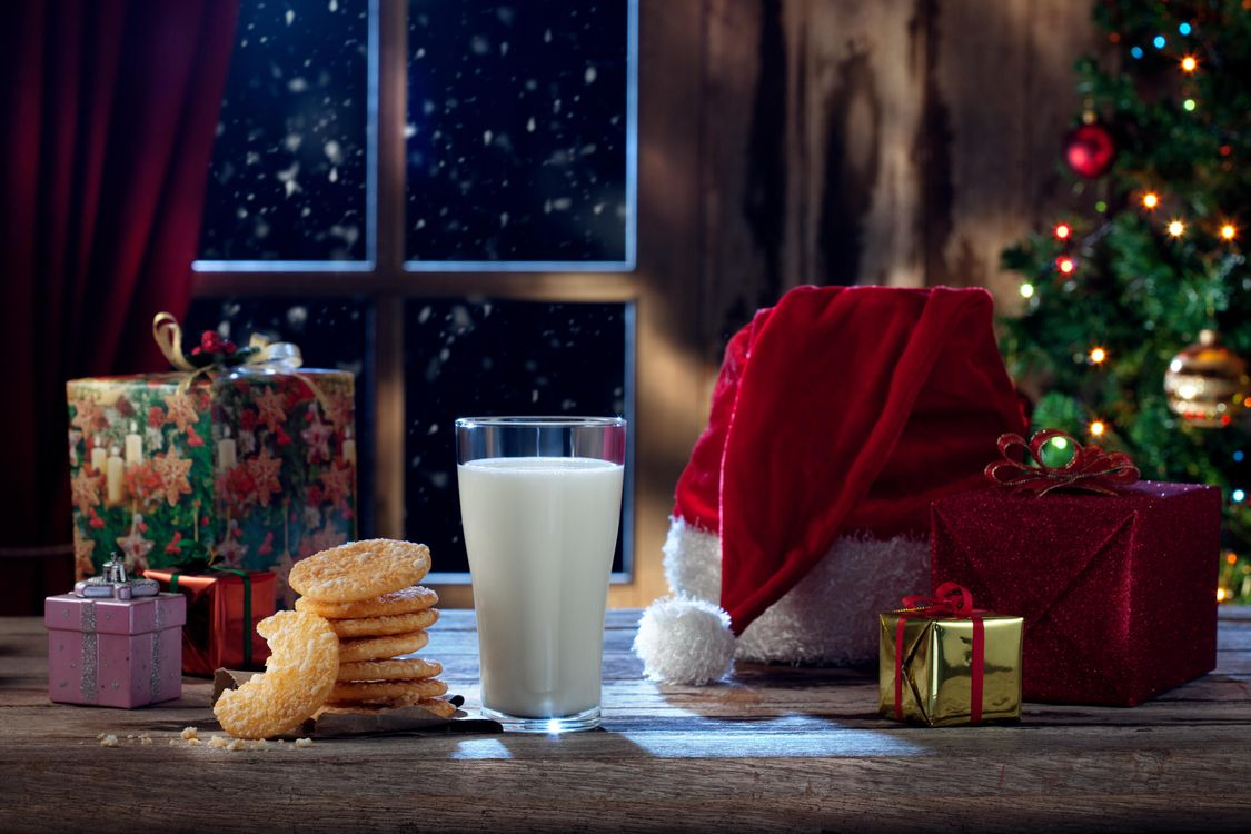 Фото бесплатно новогодний стол, новый год, праздничное настроение, подарки, Рождество, фон, дизайн, ёлочные игрушки, новогодние обои, новый год
