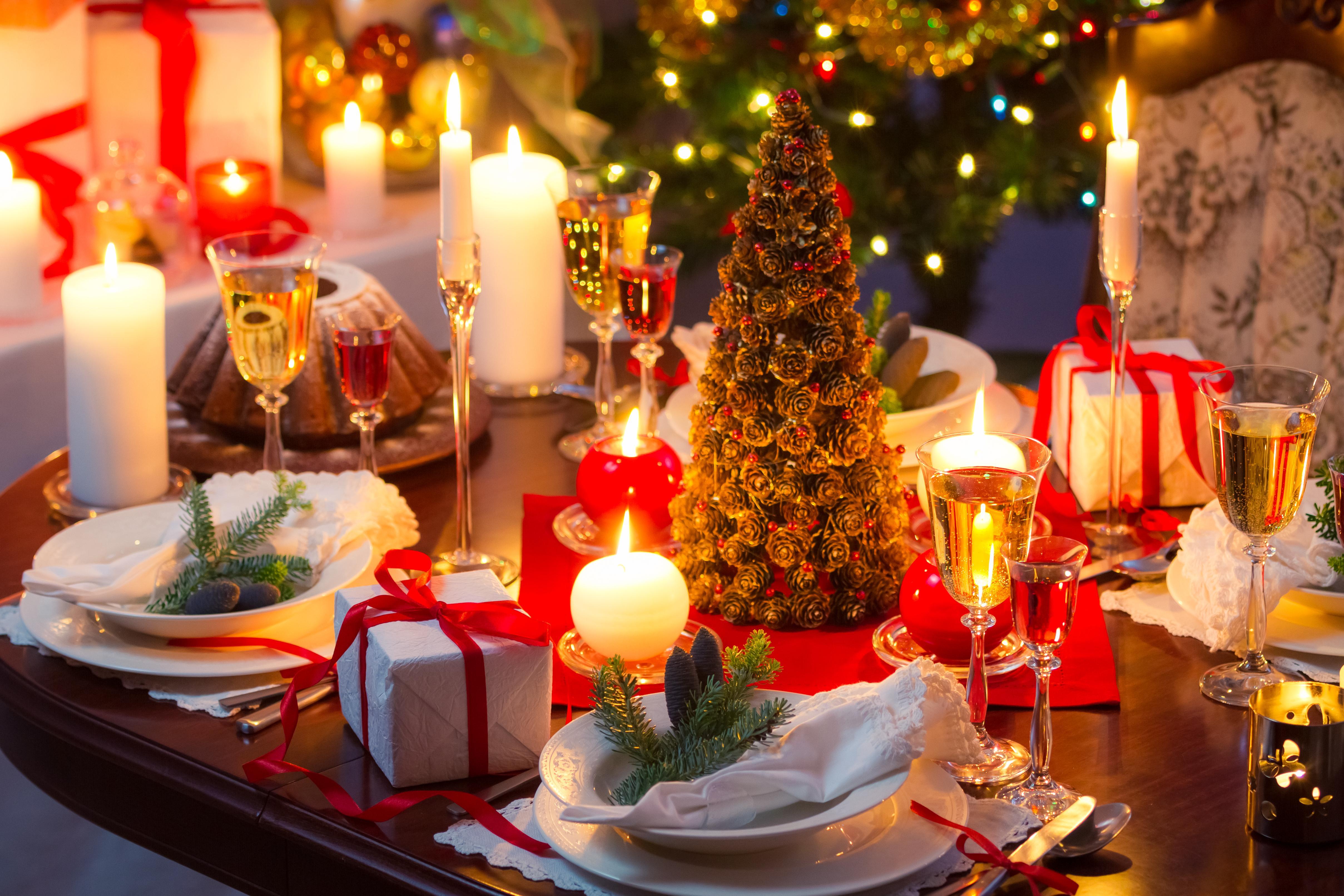 обои новогодний стол, елочка, свечи, подарки картинки фото