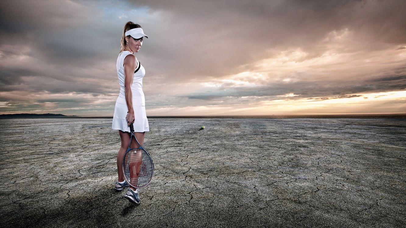 Фото бесплатно теннис, девушка, ракетка, мяч, поле, пустыня, небо, спорт