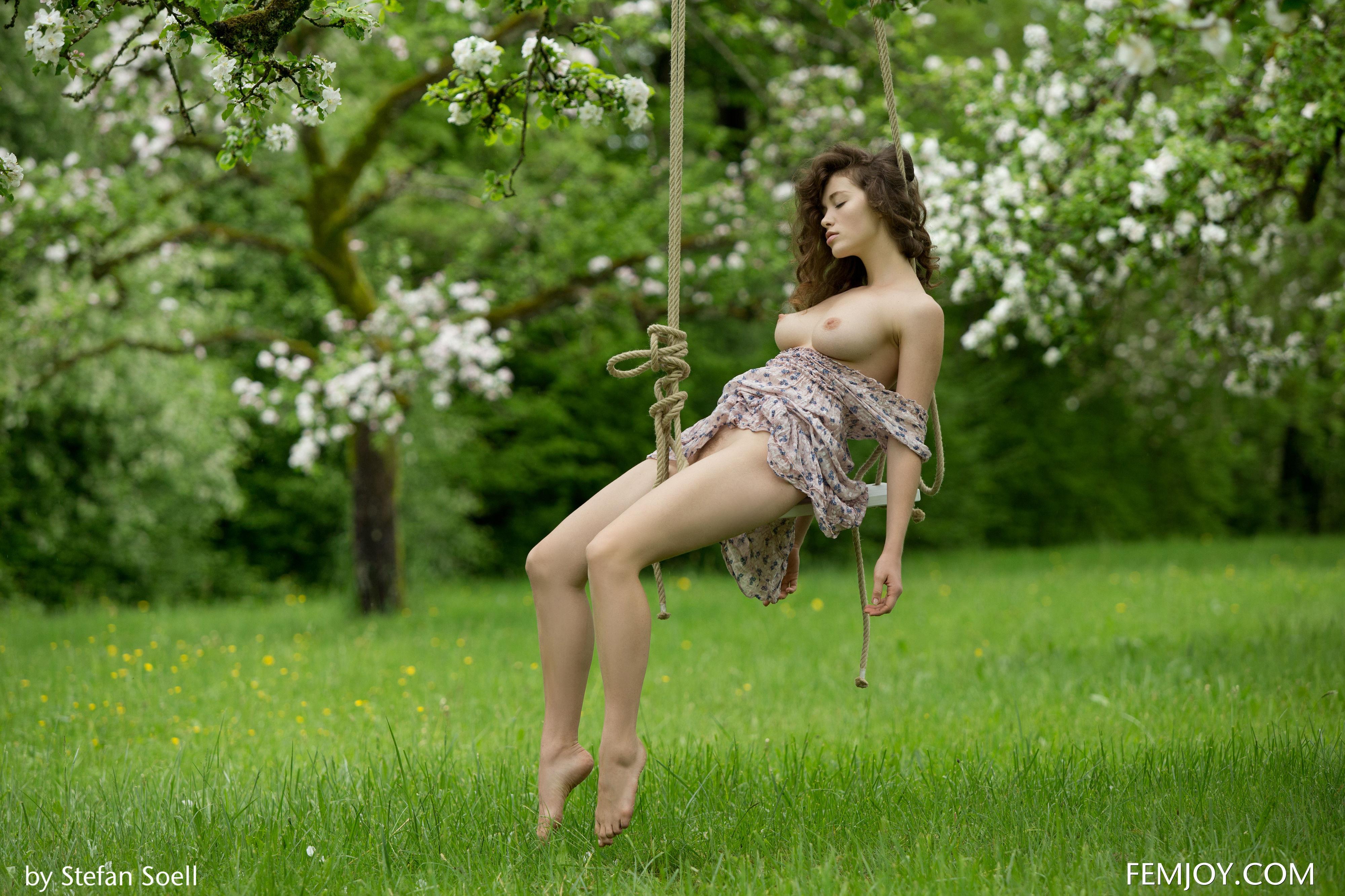 фото голая девушка на качелях ведь так