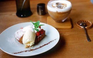 Обои десерт, пирожное, кекс, крем, ягода, листья мяты, тарелка, стол, ложечка, капучино