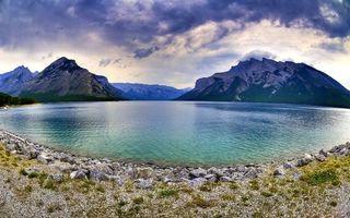 Фото бесплатно озеро, гладь, берег, камни, трава, горы, вершины, снег, облака
