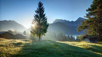 Бесплатные фото горы,трава,деревья,строения,река,солнце,лучи