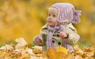 Заставки малышка, ребенок, куртка, шапка, шарф, листва, желтая