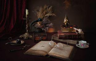 Бесплатные фото натюрморт,композиция,свеча,очки,книги,чашка,трубка курительная