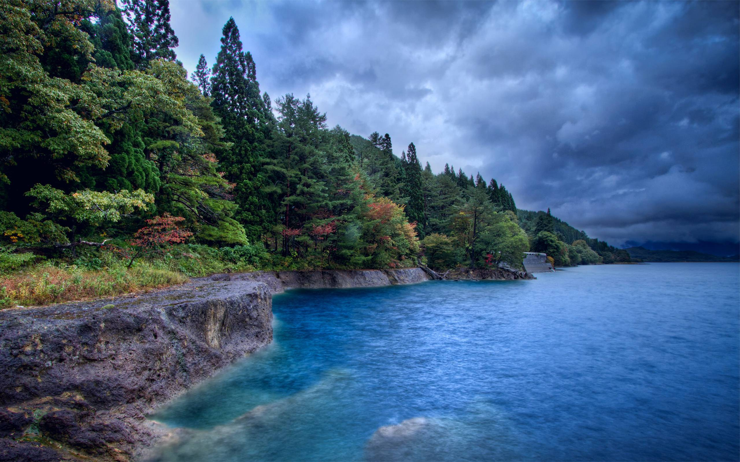 Скалы река облака небо лес скачать