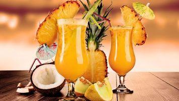 Бесплатные фото бокалы,коктейли,фрукты,ананас,кокос,зонтики