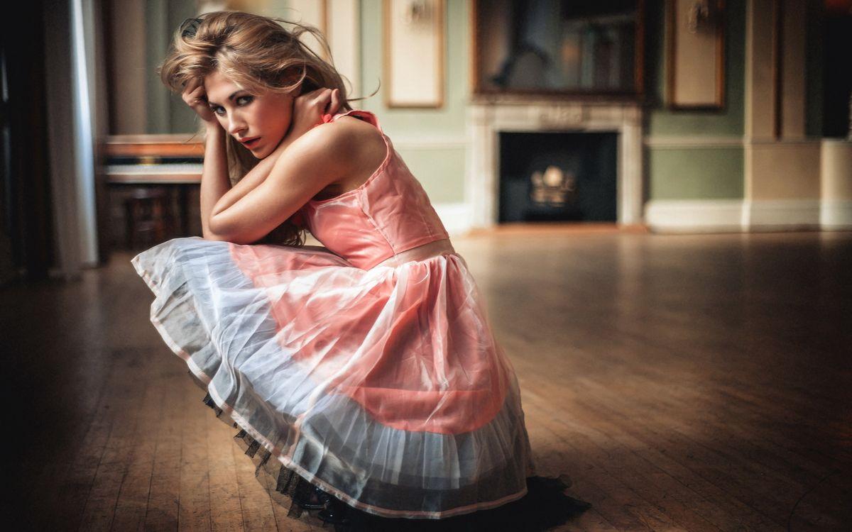 Фото бесплатно девушка, сидит, дом - на рабочий стол