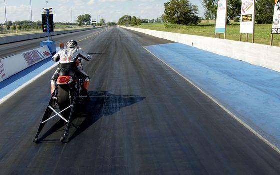 Фото бесплатно драг рейсинг, мотоцикл, мотоциклист, шлем, защита, трасса, старт