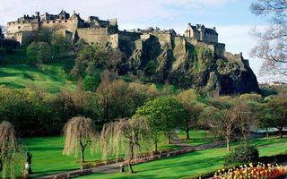Фото бесплатно гора, скалы, замок, крепость, деревья, трава, тропинки, цветы
