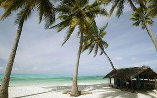 Фото бесплатно берег, песок, пальмы, бунгало, море, горизонт, небо