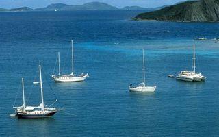 Фото бесплатно море, острова, горы, яхты, белые, мачты