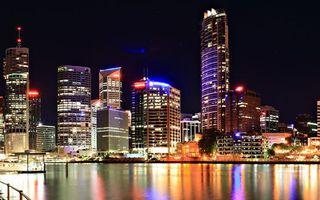 Бесплатные фото ночь,река,набережная,дома,небоскребы,огни