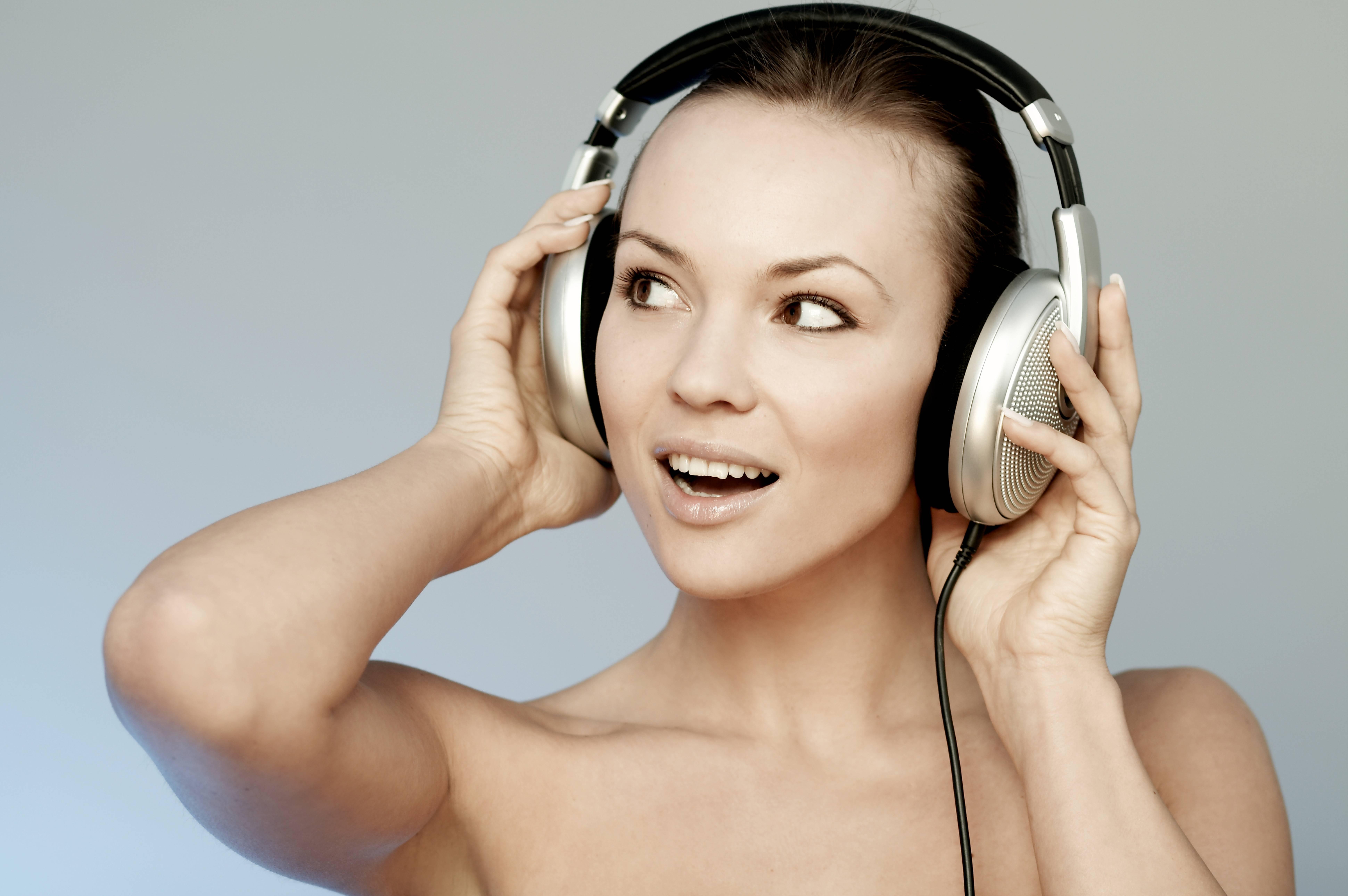 Представляем вам список песен комиссар к прослушиванию, ваша песня комиссар - моя девчонка с другим танцует первая в списке и уже проигрывается в плеере.
