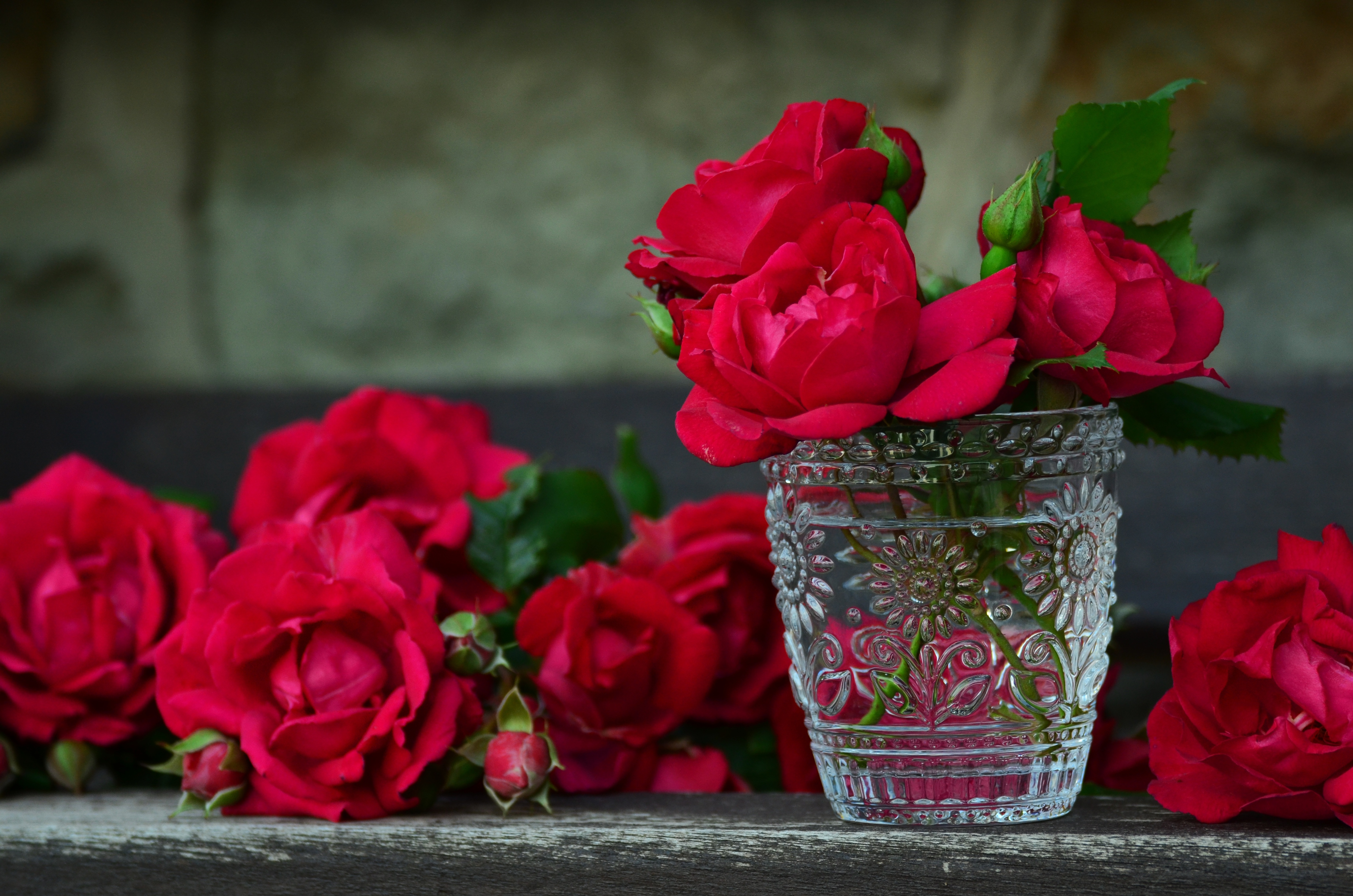 Цветы в букете пахнут розы, букет конфет ромашки