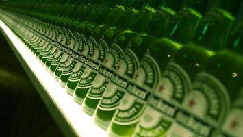 Заставки стеллаж, бутылки, зеленые, пиво, этикетки, надписи