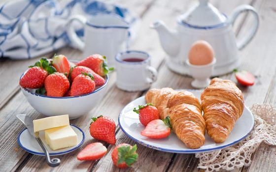 Бесплатные фото блюдца,круасаны,масло,нож,ягода,клубника,чашка,чайник,молочник