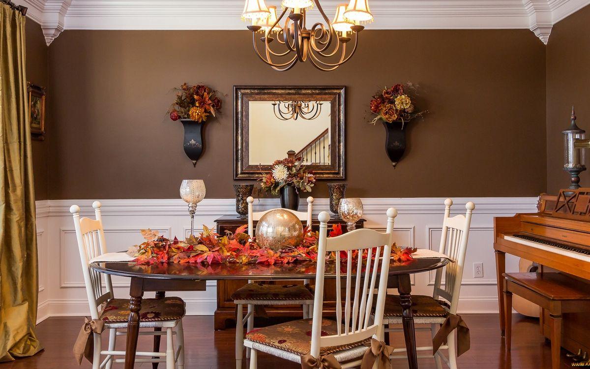 Фото бесплатно комната, стол, шар, листья, стулья, пианино, стена, зеркало, цветы, люстра, свет, интерьер