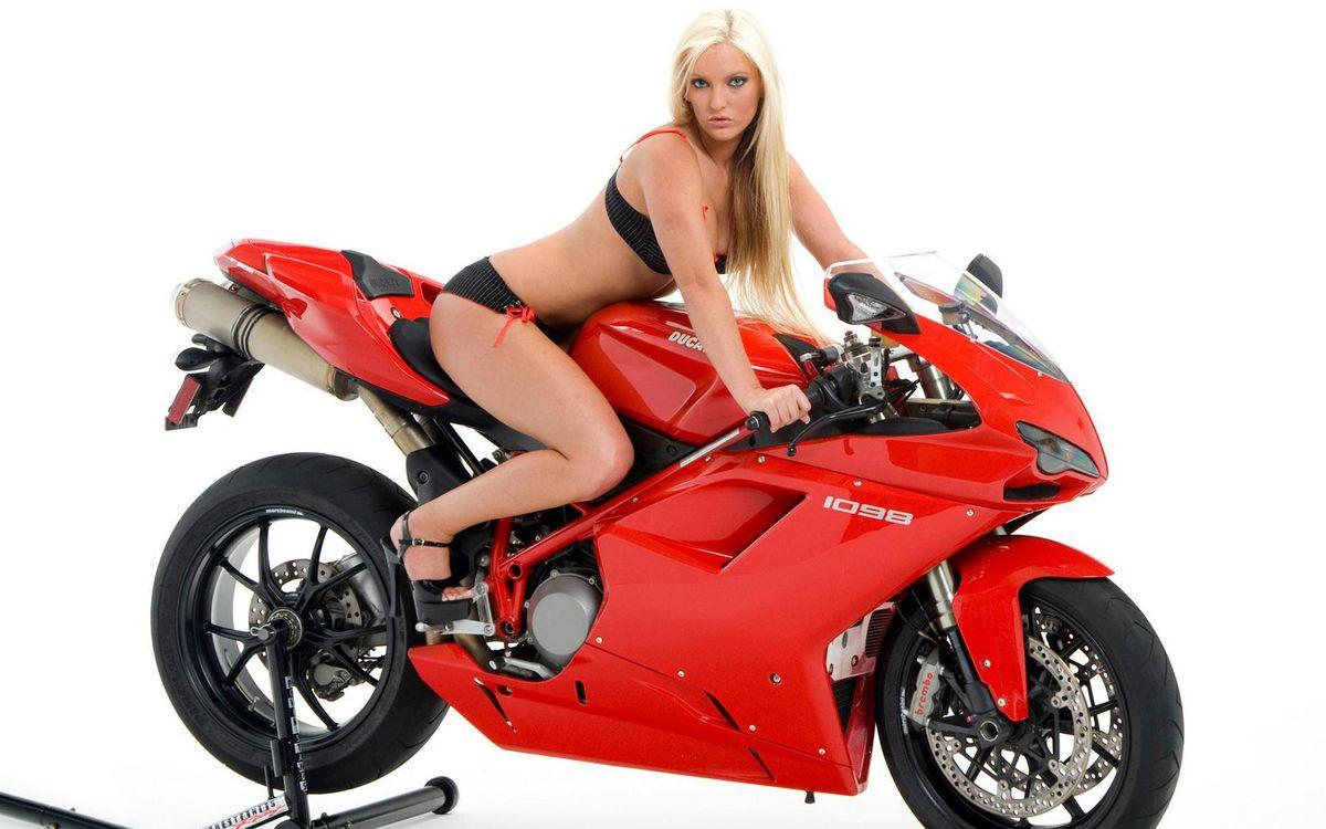 Фото бесплатно дукати, спортбайк, красный, девушка, блондинка, белье, мотоциклы