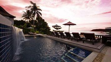Бесплатные фото тропики,курорт,бассейн,водопад,шезлонги,зонтики,пальмы