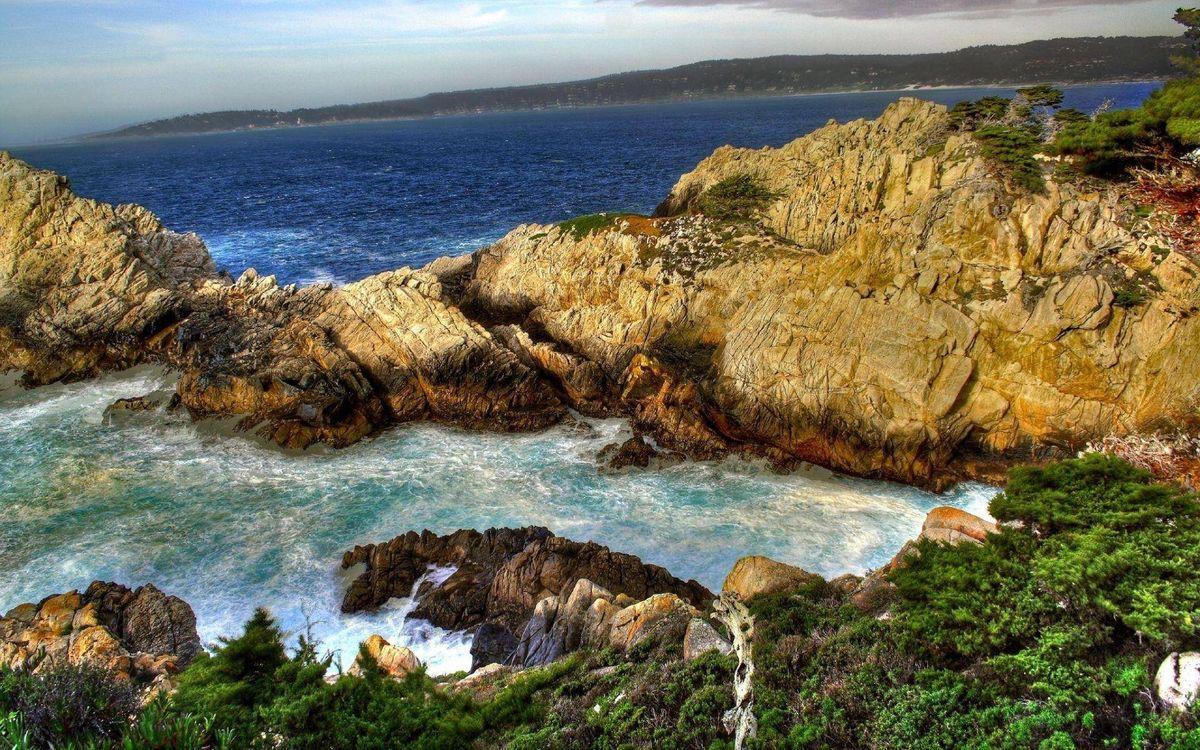 Картинка камни, скалы, растительность, бухта, залив, небо на рабочий стол. Скачать фото обои природа