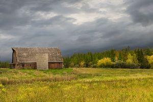 Фото бесплатно поле осень, дом, тучи