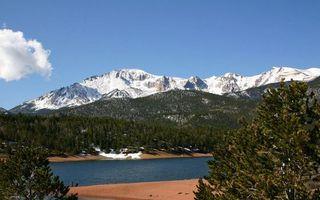 Бесплатные фото горы,вершины,снег,лес,деревья,река,песок