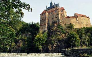 Фото бесплатно гора, замок, крепость, стена, окна, крыша, растительность, река