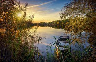 Бесплатные фото закат,осень,озеро,деревья,лес,лодка,пейзаж