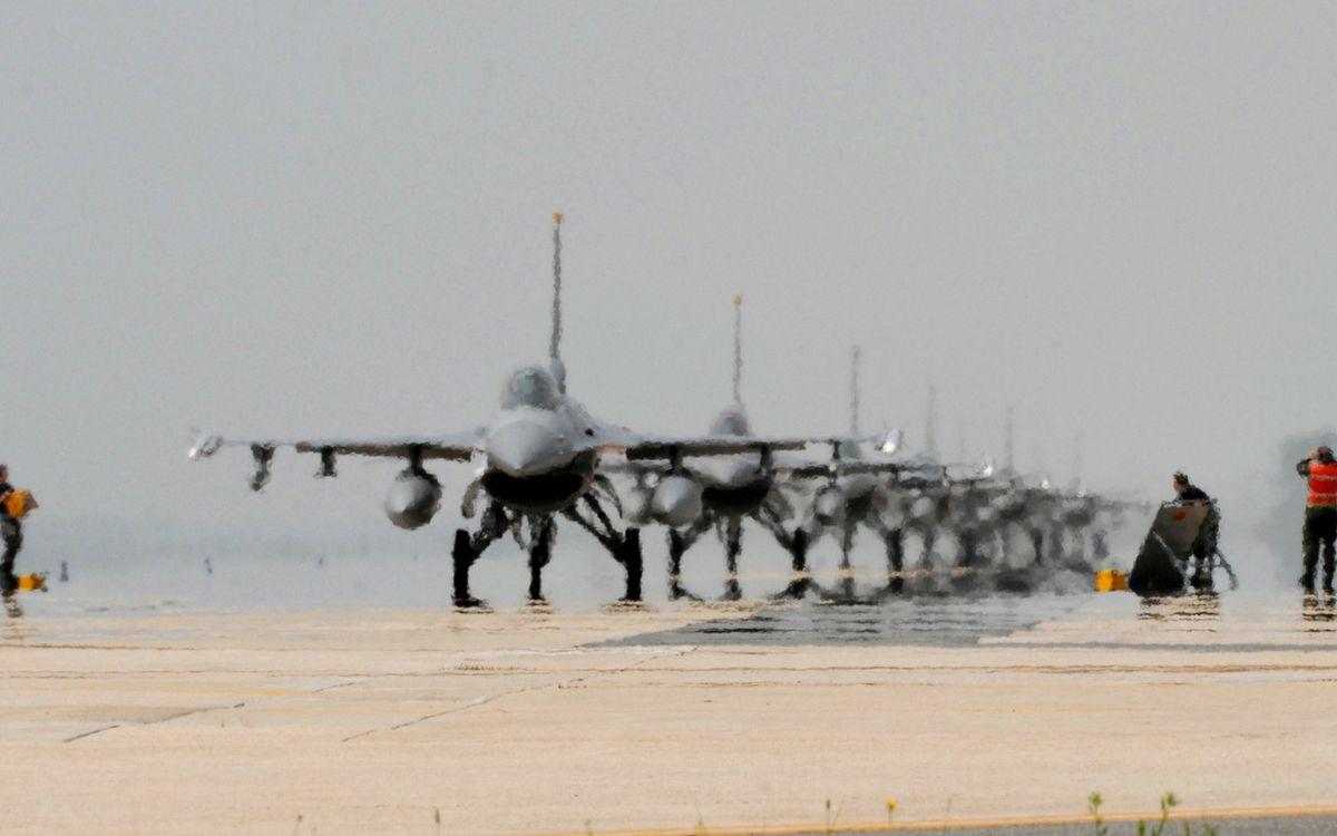Фото бесплатно взлетная полоса, самолеты, истребители - на рабочий стол