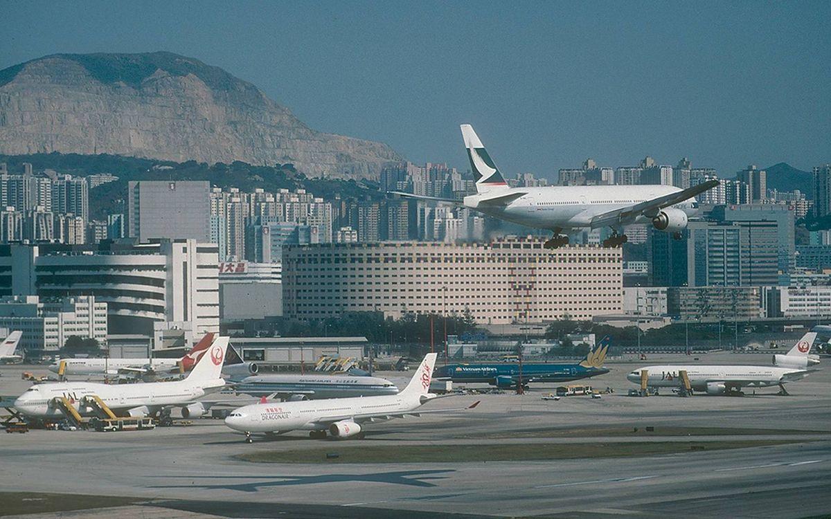 Обои город, дома, здания, аэропорт, самолеты, взлетная полоса на телефон | картинки авиация