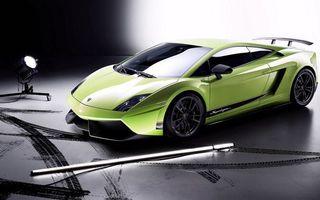 Фото бесплатно ламборджини, спорткар, зеленый, фары, диски, следы, прожектор