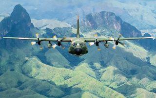 Заставки самолет,военно-транспортный,полет,крылья,винты,земля,горы