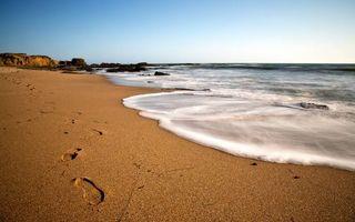 Фото бесплатно берег, песок, следы, камни, море, горизонт, небо