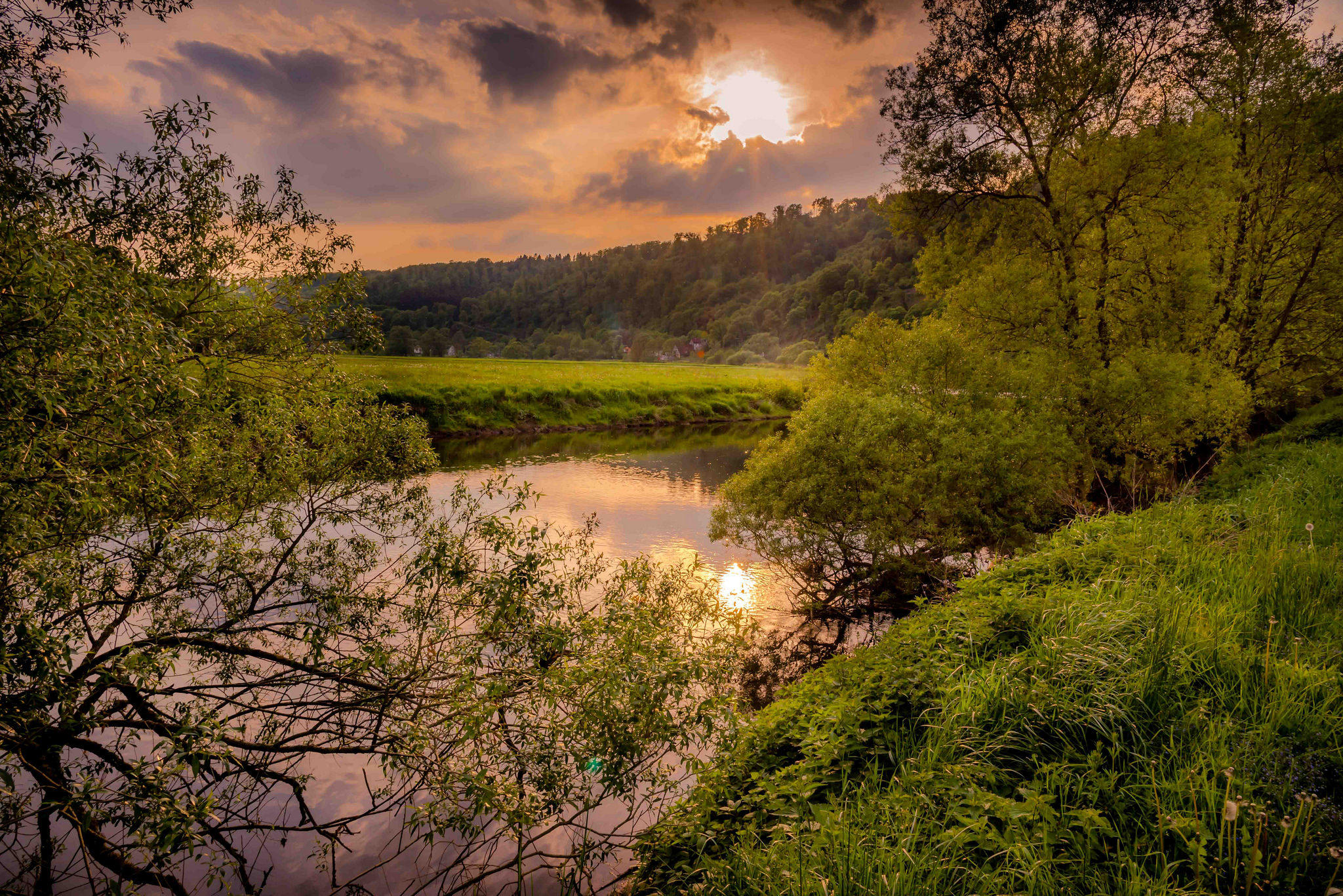 обои закат, река, деревья, поле картинки фото