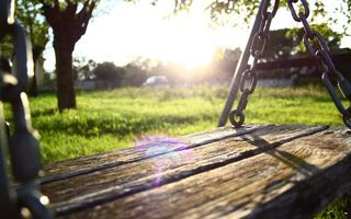 Бесплатные фото качеля,доски,цепь,трава,деревья,машина,небо