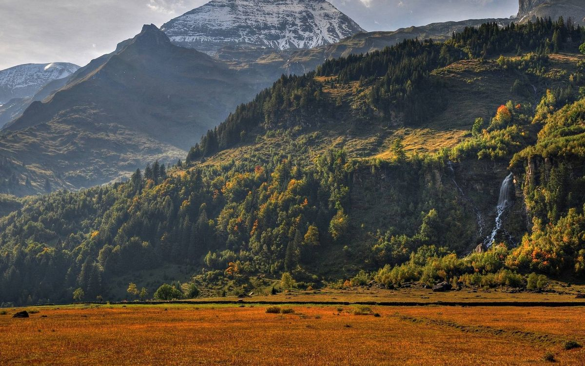 Фото бесплатно горы, растительность, водопад, вершины, снег, предгорье, природа