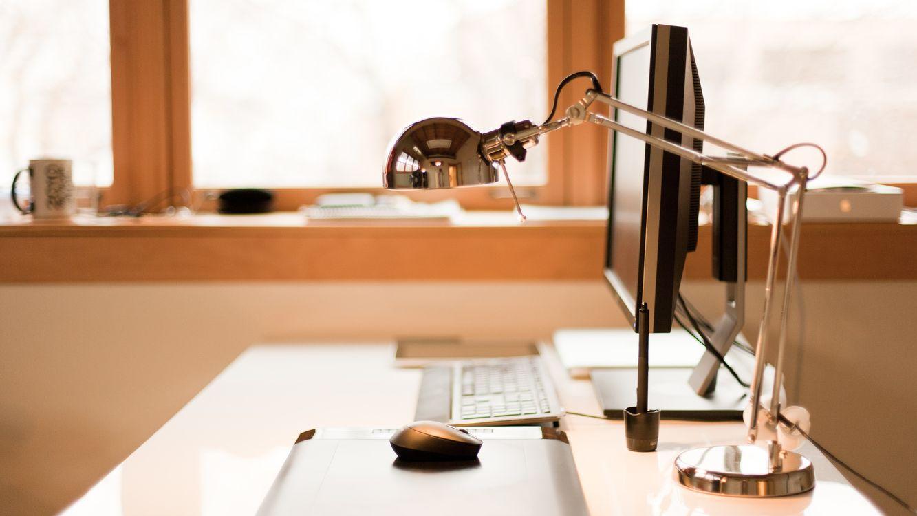 Фото бесплатно стол, клавиатура, мышка, монитор, светильник, окно, hi-tech