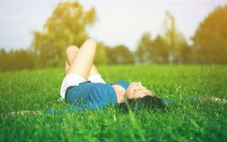 Фото бесплатно девушка, трава, лежит