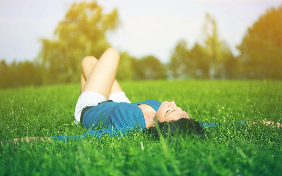 Обои девушка, трава, лежит картинки на телефон